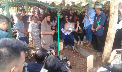 Isak tangis keluarga dan pelayat mengiringi prosesi pemakanan Agung Hercules. (Foto: Okezone/CDB Yudistira)