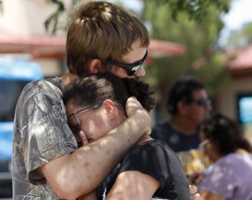 Kianna Long, kanan, bercerita tentang kepanikan di Walmart ketika penembakan terjadi. (EPA)