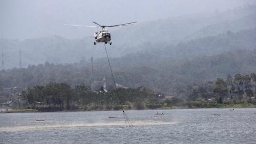 Helikopter water bombing ambil air dari waduk terdekat untuk memadamkan kebakaran di Gunung Arjuno. (BPBD Kota Batu)