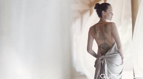 Angelina Jolie pamer tato dalam iklan terbaru. (Foto: YouTube)