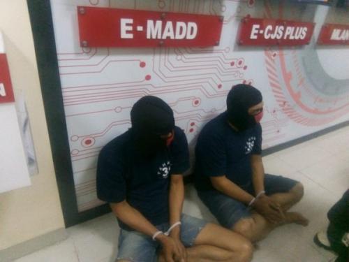 Dua pelaku pengedar uang palsu dolar AS di Tangerang ditangkap. (Foto : Isty Maulida/Okezone))