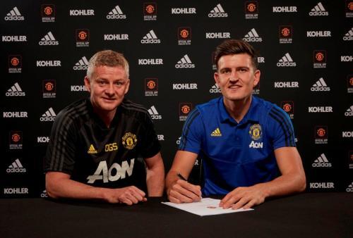 Harry Maguire menandatangani kontrak di Man United (Foto: Man United/Twitter)