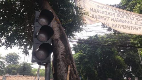 Lampu lalu lintas di Depok mati saat listrik padam. (Wahyu Muntinanto/Okezone)