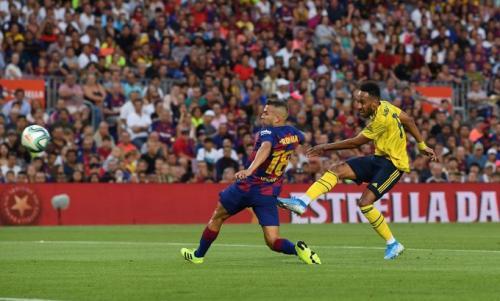 Pierre-Emerick Aubameyang bobol gawang Barcelona (Foto: Twitter/@Arsenal)