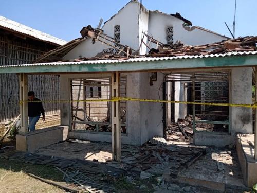 Rumah di Indramayu terbakar diduga karena kelalaian warga menyalakan lilin saat listrik mati. (Foto : Fathnur Rohman/Okezone)