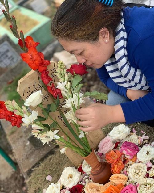Mira Rahayu menyambangi makam sang suami, Agung Hercules. (Foto: Instagram)