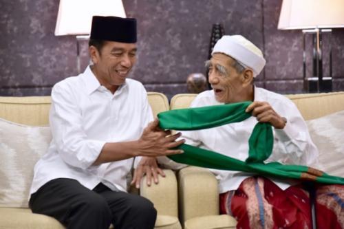 Presiden Jokowi dan KH Maimoen Zubair (Mbah Moen). (Foto: Ist)