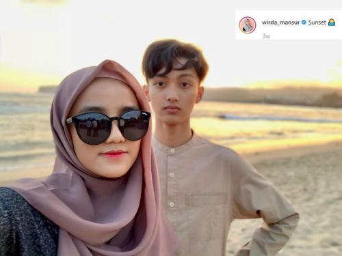 Kedekatan Wirda Mansur dan Gus Azmi membuat netizen berpikir mereka memiliki hubungan khusus. (Foto: Instagram)