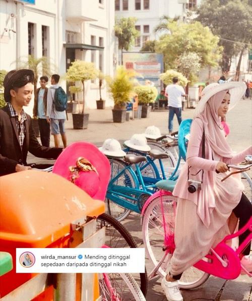 Kemesraan Wirda Mansur dan Gus Azmi di media sosial menjadi perbincangan netizen. (Foto: Instagram)