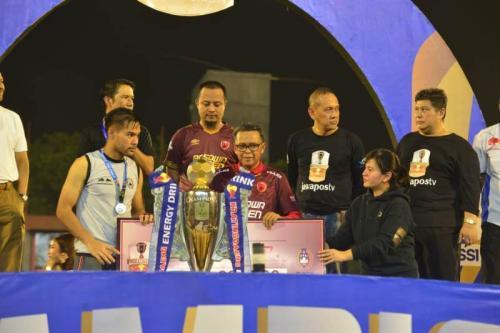 Proses penyerahan trofil Piala Indonesia ke PSM Makassar