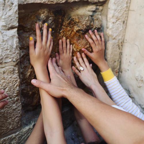Jennifer Lopez pegang batu