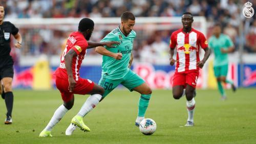 Aksi Hazard saat sedang membela Madrid