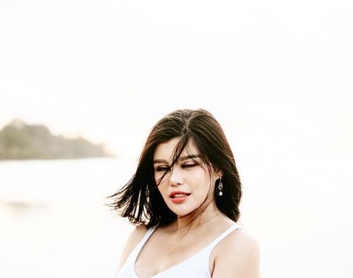 Dita Soedarjo di pantai