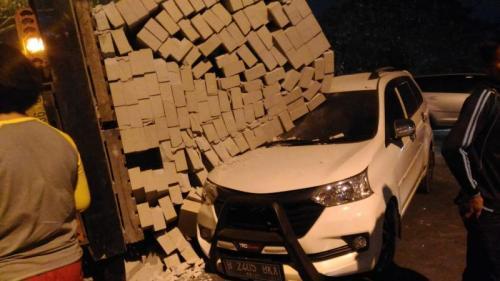 Truk Berisi Bahan Bangunan Menimpa Mobil Minibus di Jalan Raya Pembagunan Tiga Pertigaaan PAP, Neglasari, Tangerang (foto: Ist)