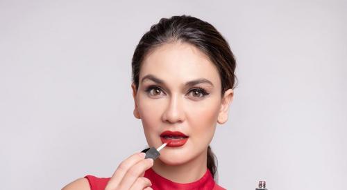 Luna Maya Jualan Lipstik