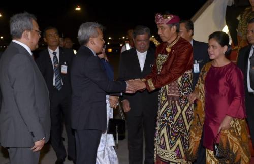 Jokowi dan Iriana dengan mengenakan pakaian adat Bali tiba di Bandara Internasional Kuala Lumpur, Malaysia, pada Kamis 8 Agustus 2019 malam. (Biro Pers Setpres/Muchlis)
