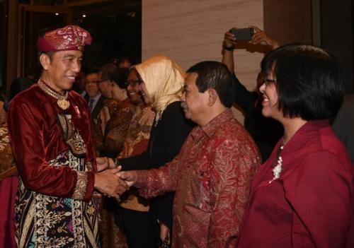 Jokowi dan Iriana dengan mengenakan pakaian adat Bali tiba di Bandara Internasional Kuala Lumpur, Malaysia, pada Kamis 8 Agustus 2019 malam. (Biro Pers Setpres/Muchlis)Jokowi dan Iriana dengan mengenakan pakaian adat Bali tiba di Bandara Internasional Kuala Lumpur, Malaysia, pada Kamis 8 Agustus 2019 malam. (Biro Pers Setpres/Muchlis)