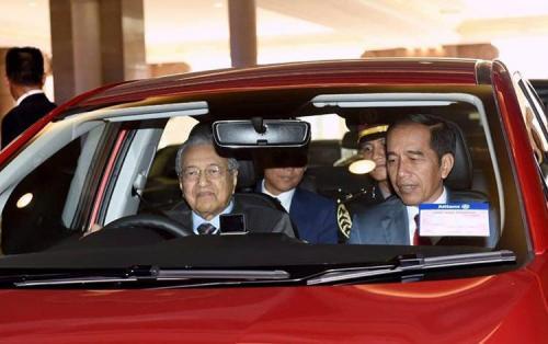 Jokowi & Mahathir jajal mobnas