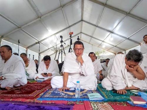 Menag Lukman Hakim Saifuddin menyimak khutbah wukuf di Arafah. (Foto: Darmawan/MCH 2019)