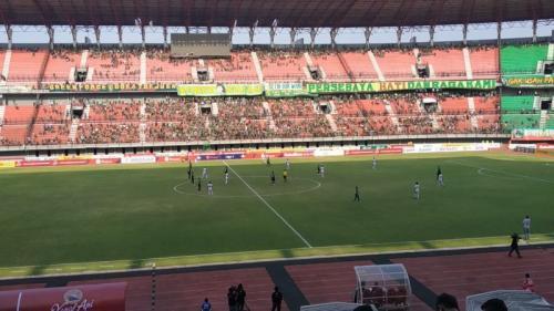 Persebaya Surabaya vs Madura United dihiasi keputusan kontroversial (Foto: Avirista Midaada/Okezone)
