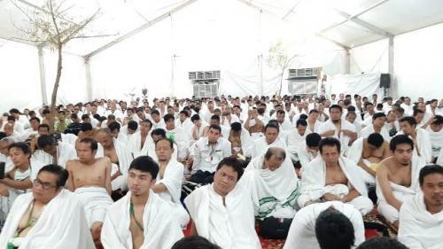 Jamaah haji Indonesia menyimak khutbah wukuf di Arafah. (Foto: Darmawan/MCH 2019)