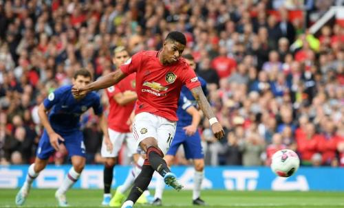 Gol penalti Marcus Rashford membuka skor (Foto: Premier League)