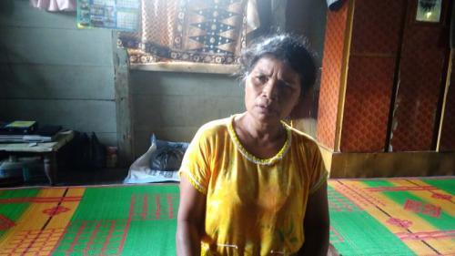 Orangtua Siswi SMK Korban Pembunuhan di Taput (foto: Robert Fernando H Siregar/Okezone)