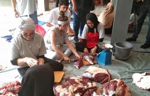 Ayu Ting Ting selalu terlibat dalam pemotongan daging kurban setiap Idul Adha. (Foto: Okezone/Vania Ika Aldida)