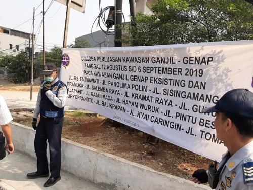 Spanduk pengumuman perluasan ganjil-genap di Jalan Fatmawati. (Foto : Harits Tryan Akhmad/Okezone)
