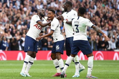 Tulisan tersebut ditampilkan oleh sponsor utama Tottenham Hotspur (Foto: Premier League)