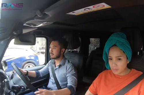 Nagita Slavina saat menjajali mobil baru Raffi Ahmad. (Foto: YouTube/RANS Entertainment)