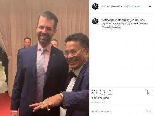 Donald Trump Jr melirik cincin berlian yang menghiasi jari Hotman Paris Hutapea. (Foto: Instagram)
