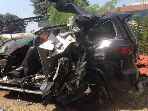 Kondisi Mobil Anak Bupati Bengkulu Tengah yang Terlibat Kecelakaan Maut di Tol Padaleunyi (foto: CDB Yudistira/Okezone)