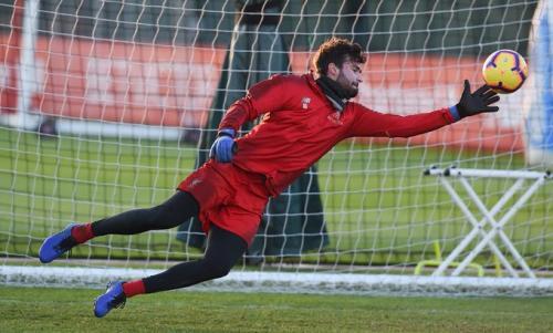 Alisson alami cedera pada betis kanannya di laga perdana Liverpool