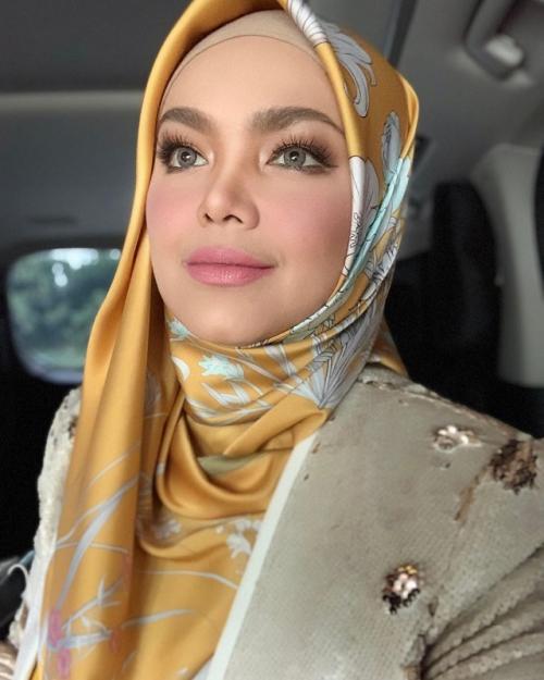 Bukan kumis, ini alasan Siti Nurhaliza jatuh cinta pada sang suami. (Foto: Instagram)