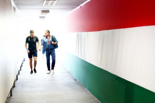 Jos Verstappen senang dengan performa putranya (Foto: Getty Images)