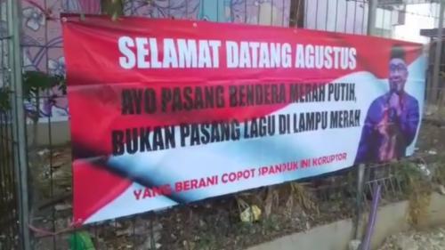 Spanduk Kritikan ke Wali Kota Depok Idris Abdul Somad soal Pemasangan Lagu di Lampu Merah (foto: Wahyu Muntinanto/Okezone)