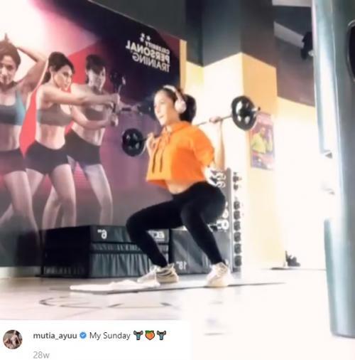 Mutia Ayu saat melakukan olahraga. (Foto: Instagram/@mutia_ayuu)