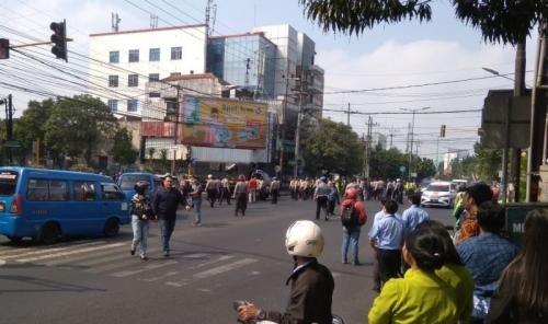 Bentrokan Mahasiswa Papua dengan Warga di Malang (foto: Avirista M/Okezone)