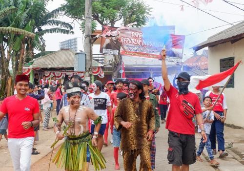Warga Kebon Indah Kelurahan Panunggangan Barat, Kecamatan Cibodas, Kota Tangerang, pawai bendera merah putih sepanjang 74 meter. (Foto : Isty Maulidia/Okezone))