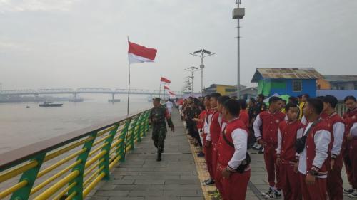 Pengibaran Bendera Merah Putih di Atas Sungai Kapuas, yang Merupakan Sungai Terpanjang di Indonesia (foto: Dina Prihatini/Okezone)