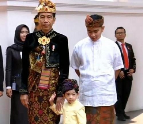 Jokowi pakai baju adat Bali