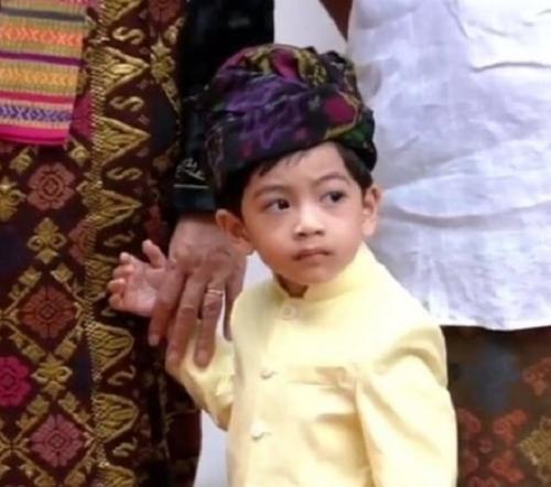 Jan Ethes paka baju adat Bali