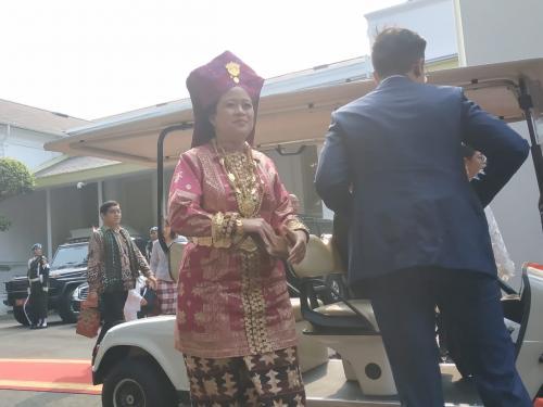 Menko PMK Puan Maharani Kenakan Pakaian Adat Lampung di HUT Ke-74 RI di Istana Merdeka (foto: Fakhrizal/Okezone)