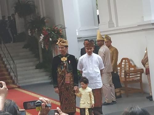 Presiden Jokowi Bersama Gibran Rakabuming Raka dan Cucunya Jan Ethes Kompak Kenakan Pakaian Adat Bali di HUT Ke-74 RI di Istana Merdeka (foto: Fakhrizal/Okezone)