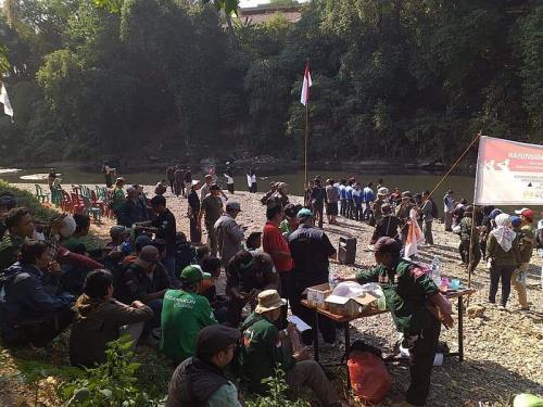 Upacara di pinggir Sungai Cileungsi (Foto: Istimewa)