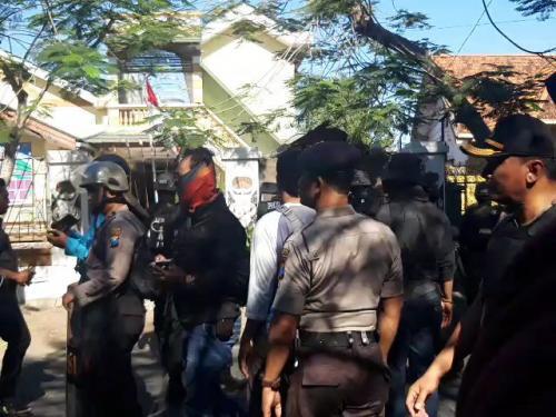 Polisi berjaga-jaga di sekitar Asrama Mahasiswa Papua di Surabaya (Syaiful/Okezone)