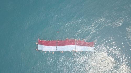 Pengibaran bendera merah putih di Selat Sunda. (Ist)