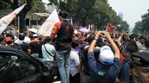 Ratusan pengemudi taksi online demo di depan Balai Kota (Foto: Achmad/Okezone)