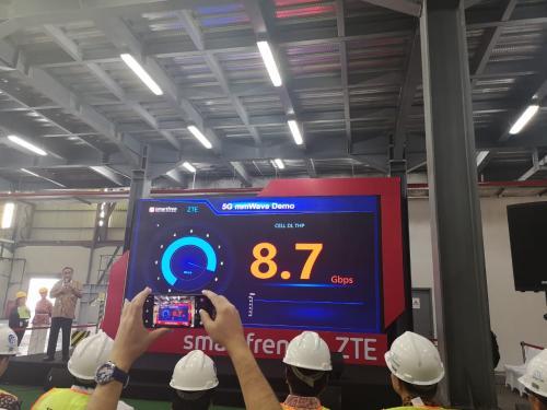 Smartfren bekerjasama dengan produsen teknologi asal China ZTE menguji coba 5G untuk industri manufaktur di Indonesia.